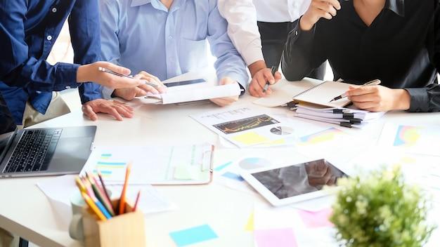 Negocio de inicio de estrategia con reunión de joven empresario en escritorio