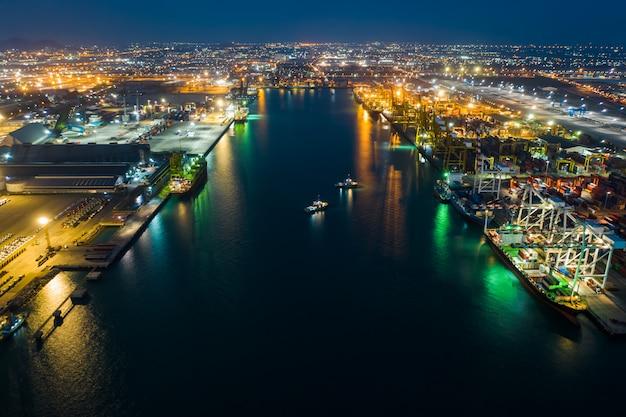 Negocio internacional de importación y exportación por contenedores marítimos y estación de carga