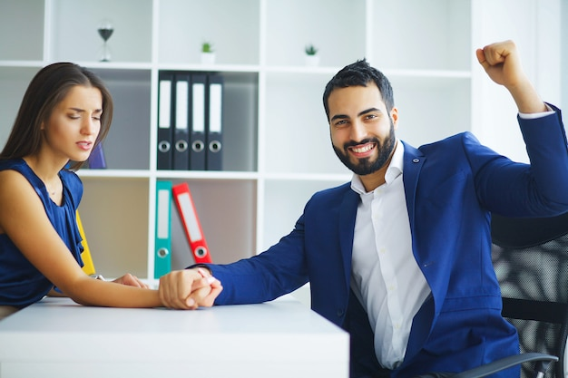 Negocio. office business woman y business man leading charks