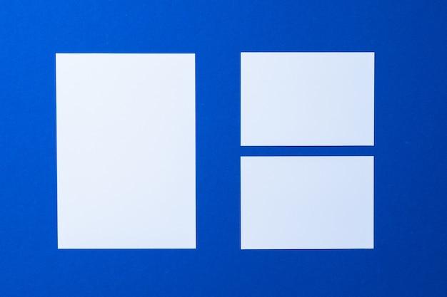 Negocio de papel en blanco simulacro en pared azul clásico