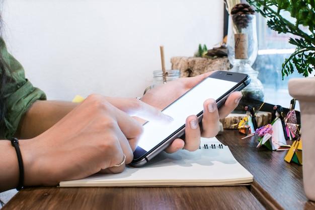 Negocio trabajando con dispositivos modernos, computadora digital y teléfono móvil