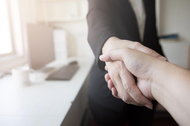 Negocio trabajo éxito apretón de manos acuerdo reunión oficina
