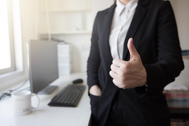 Negocio trabajo éxito pulgar arriba trato reunión oficina ecommerce sme
