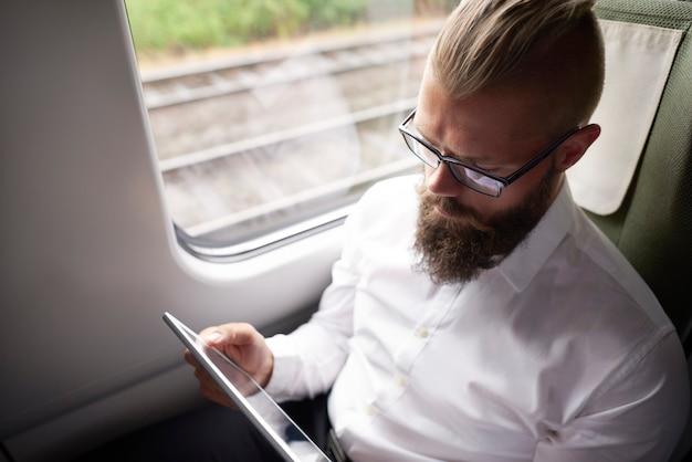 Negocios con barba larga trabajando durante el viaje.