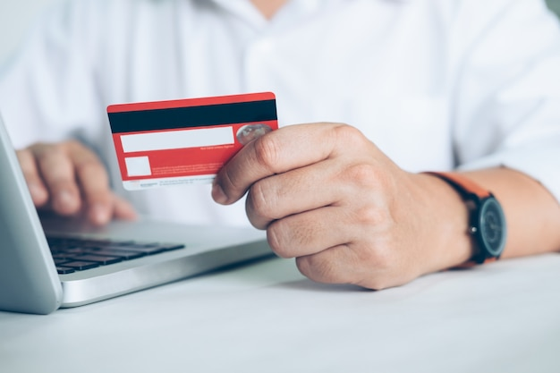 Negocios concepto de compras en línea. la gente compra y paga por la tarjeta de credeit