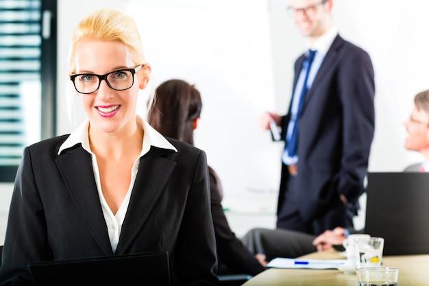 Negocios, empresarios tienen reunión de equipo