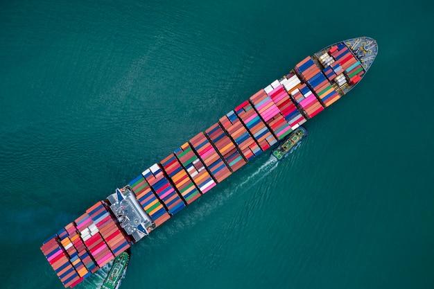 Negocios y envío de contenedores de carga por parte de embarcaciones especiales grandes, industria de servicios, transporte, importación y exportación, productos internacionales, vista aérea en alta mar.