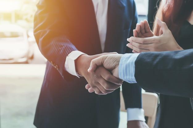 Negocios estrecharme la mano. ejecutivos de empresas para felicitar a la articulación.