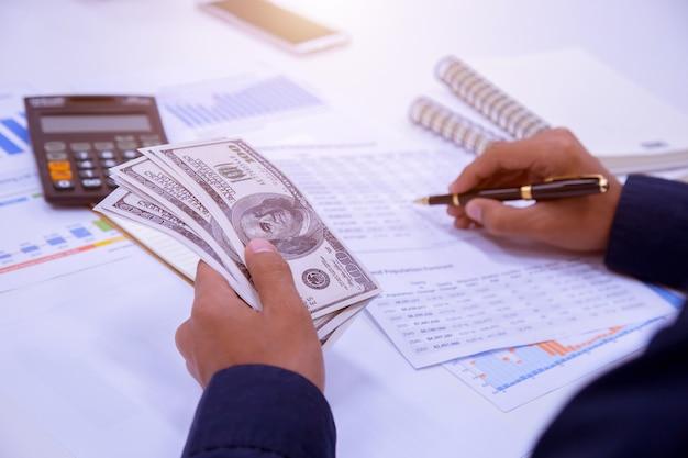 Negocios, finanzas, ahorro, banca y conceptos de personas.