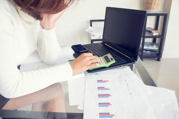 Negocios y finanzas, concepto de proceso de trabajo estudiantil. mujer joven trabajando proyecto universitario