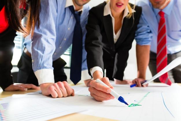Negocios, personas en la oficina trabajando en equipo