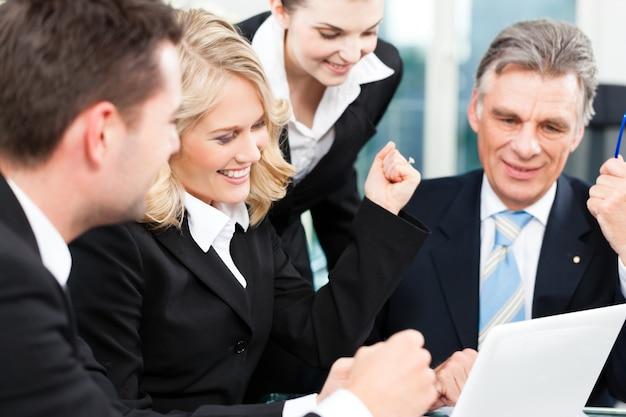 Negocios: reunión exitosa en una oficina
