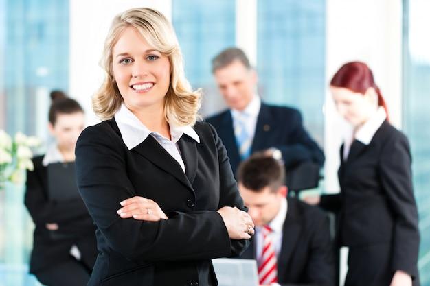 Negocios: reunión en una oficina