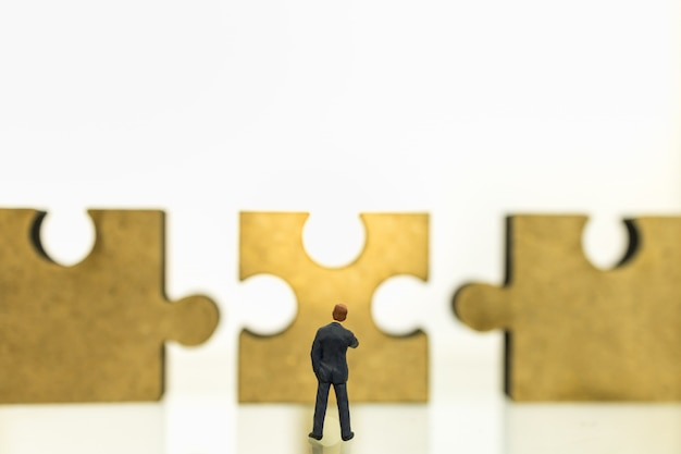 Negocios, trabajo en equipo, planificación y concepto de trabajo. cerca del empresario figura miniatura personas de pie
