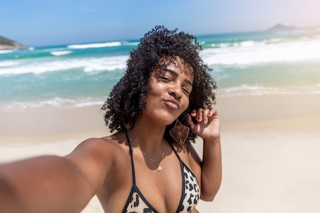 Negro afro joven linda chica, cabello rizado, bikini, playa. vacaciones de verano afroamericanas.