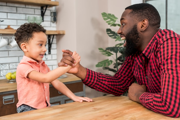 Negro padre e hijo de lucha de brazos