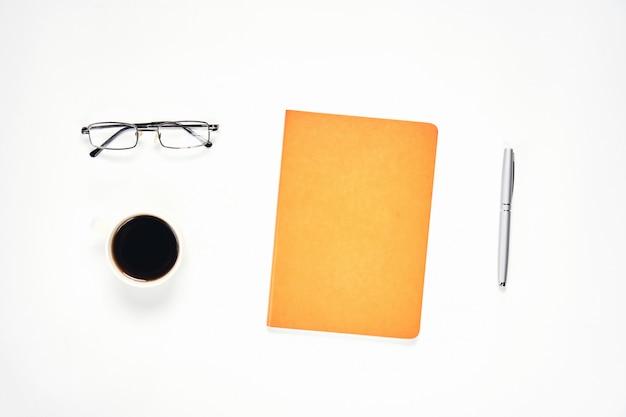 Negro pantalla portátil en blanco y lápiz colocado fondo blanco