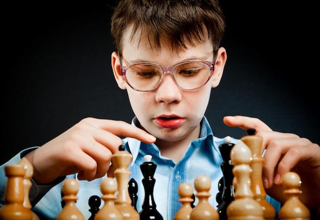Nerd jugar al ajedrez