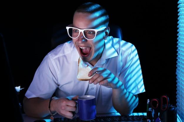 Nerd navegando en internet por la noche