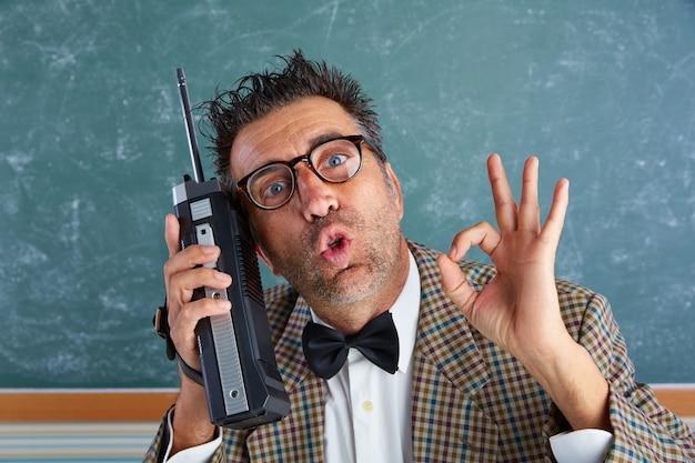 Nerd tonto investigador privado retro walkie talkie