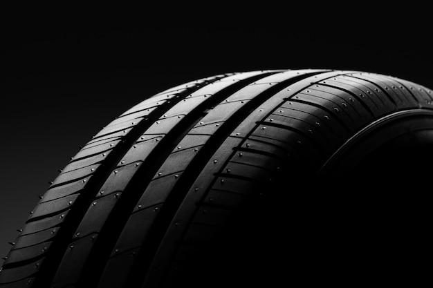 Neumático de automóvil en negro