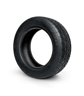 Neumático de automóvil en superficie blanca