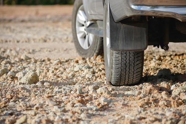 Neumático de camino de tierra en pista de tierra