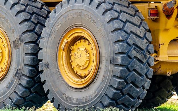 Neumático de camión grande en el lugar de trabajo
