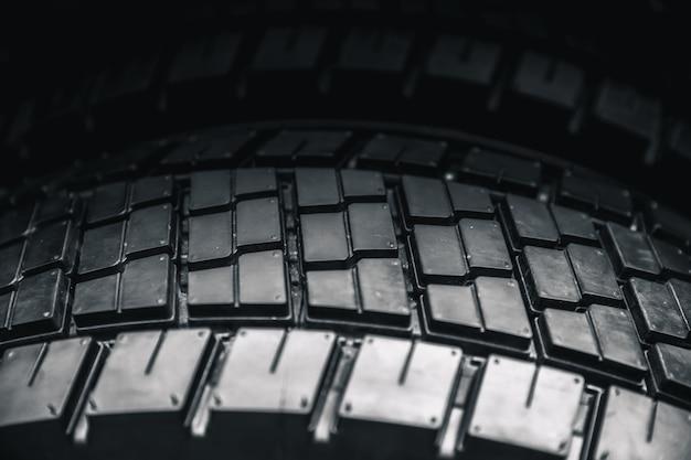 Neumático de camión limpio, fondo negro nuevo neumático de coche brillante