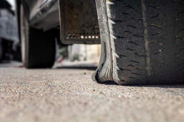 Neumático de coche de explosión en la calle