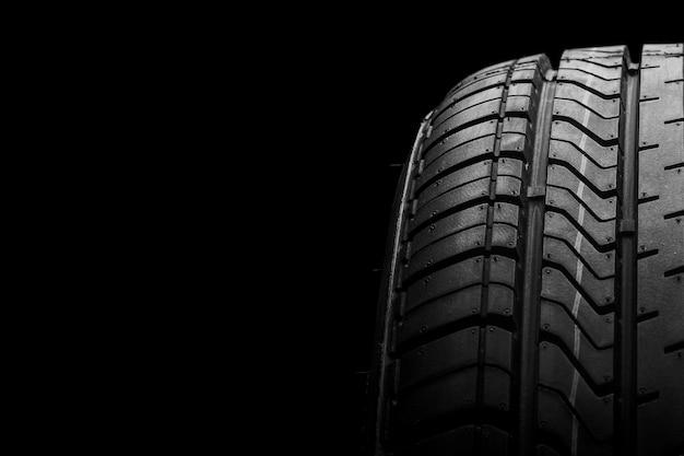 Un neumático de goma de aislamiento negro