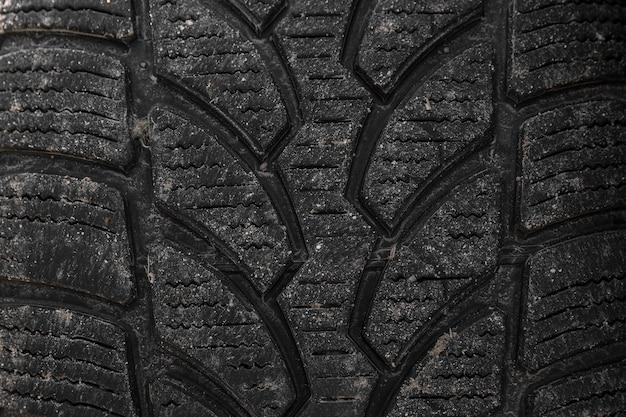 Neumático de invierno sucio. de cerca