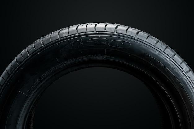 Neumático nuevo sobre una superficie negra