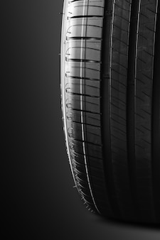 Neumático sobre fondo negro