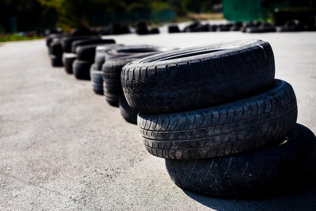Neumáticos de automóvil dispuestos en la carretera