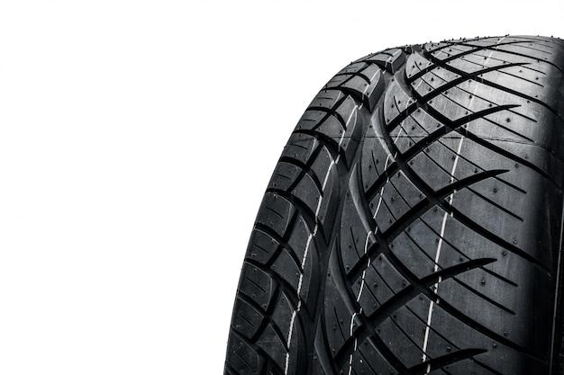 Neumáticos de automóvil en superficie blanca