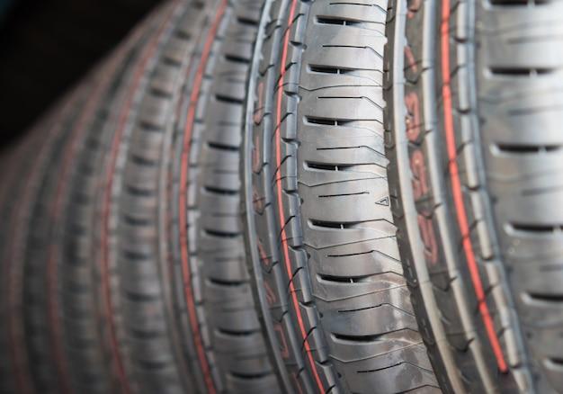 Neumáticos para automóviles nuevos de cerca, neumáticos para la venta en una tienda sire store.