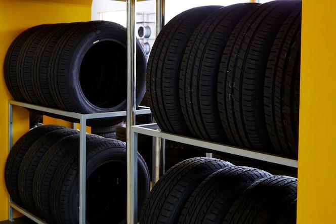 Neumáticos de automóviles en el servicio de reparación de automóviles, tienda
