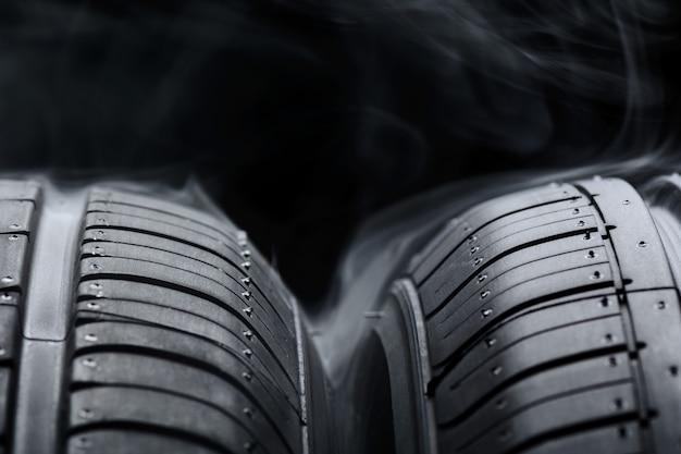 Neumáticos y humo negro