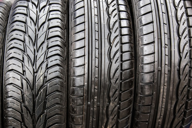 Neumáticos negros en taller de reparación de automóviles.