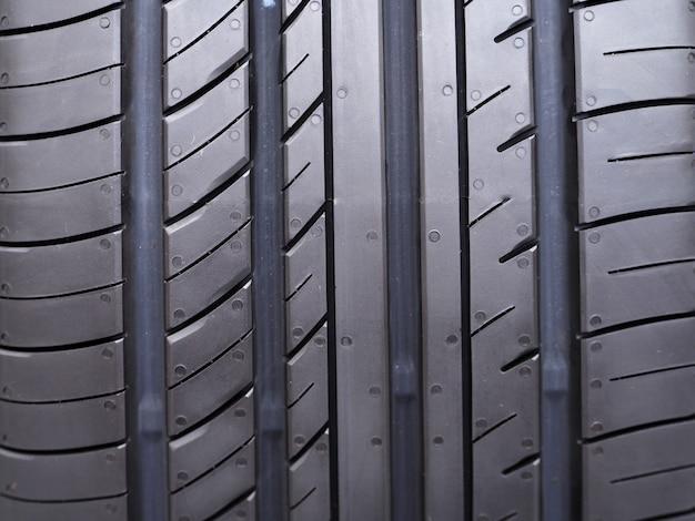 Neumáticos nuevos en servicio de instalación de neumáticos.