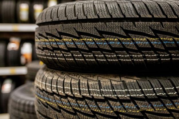 Neumáticos y ruedas de automóvil en el almacén de la tienda de neumáticos.