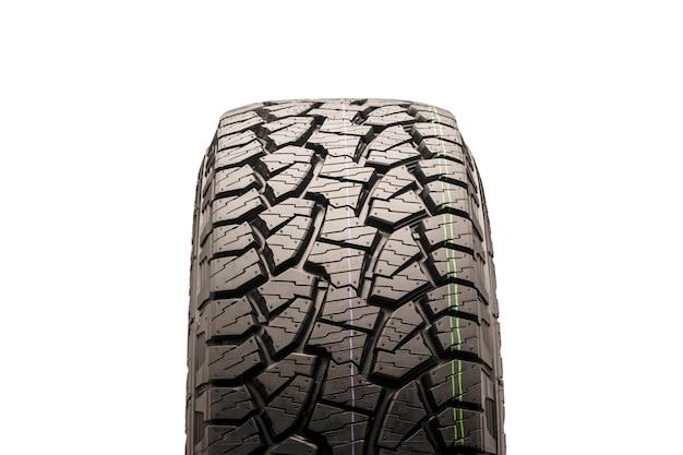Neumáticos todo terreno de barro para suv en un primer plano blanco, vista frontal de la rueda, la banda de rodadura es claramente visible. aislar