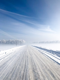 Nevadas de invierno. camino nevado