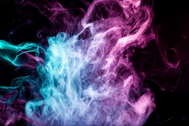 Niebla coloreada con humo rosa brillante sobre fondo oscuro