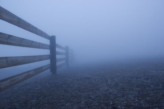 Niebla densa y valla de madera.
