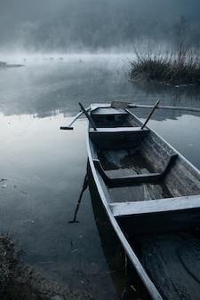Niebla de la mañana en el barco