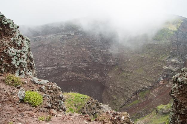 Niebla matutina humo y cenizas en el aire en el cráter del vesubio, nápoles, italia