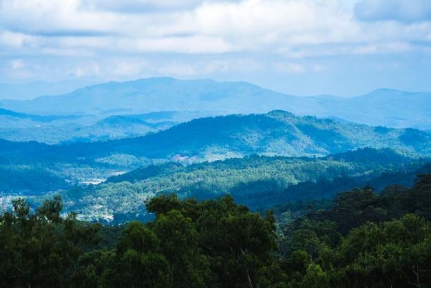 Niebla sobre las montañas. en el clima lluvioso en el campo. montañas naturales apiladas