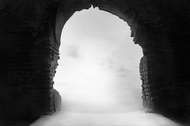 Niebla a través de la puerta del puente